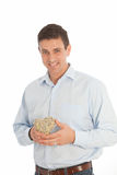 O homem romântico com um coração tecido dos galhos realizou em suas mãos Imagem de Stock