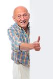 O homem sênior de sorriso feliz prende uma placa em branco Imagens de Stock Royalty Free