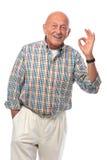 O homem sênior mostra o sinal APROVADO Fotografia de Stock Royalty Free