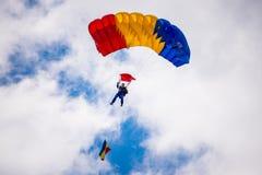 O homem salta com paraglide Fotografia de Stock Royalty Free