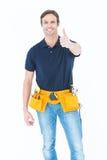 O homem seguro que mostra os polegares levanta o sinal Imagem de Stock Royalty Free