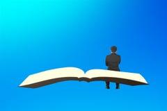 O homem senta-se no voo do livro no céu azul Fotos de Stock