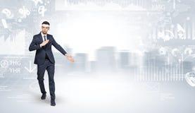 O homem serido do karaté que faz o karaté engana na parte superior de uma cidade metropolitana Fotografia de Stock
