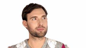 O homem 'sexy' novo considerável com uma barba clara, cabelo escuro expressa emoções que o sonho pensa reflete recorda que a ediç filme