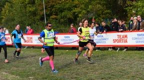 O homem Sightless com suas escoltas cruza o meta na raça, TCS Lidingoloppet fotografia de stock