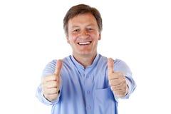 O homem sênior sorri feliz e mostra ambos os polegares acima Fotos de Stock Royalty Free