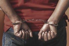 O homem sob a apreensão, Scence criminoso do homem obtém travado com Handcuf fotografia de stock royalty free