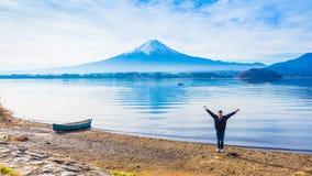O homem sozinho 30s do viajante de Ásia a 40s que está com estende os braços fotografia de stock royalty free