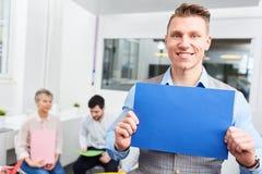 O homem Start-up guarda a página vazia Foto de Stock Royalty Free