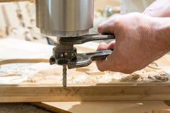 O homem substitui as peças para uma cinzeladura para a madeira Fotos de Stock Royalty Free