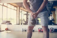 O homem superior ativo levanta peso no gym imagem de stock royalty free