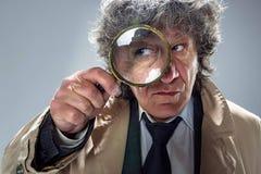 O homem superior como o detetive ou o chefe da máfia no fundo cinzento do estúdio Foto de Stock Royalty Free