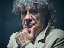 O homem superior como o detetive ou o chefe da máfia no fundo cinzento do estúdio Imagens de Stock Royalty Free