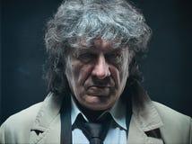O homem superior como o detetive ou o chefe da máfia no fundo cinzento do estúdio Fotos de Stock Royalty Free