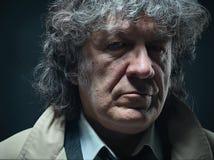 O homem superior como o detetive ou o chefe da máfia no fundo cinzento do estúdio Fotografia de Stock