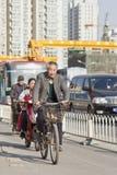 O homem superior dá um ciclo no Pequim ocupado na cidade, China Foto de Stock