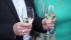 O homem superior está estando com um vidro do champanhe Ancião com vidros do champanhe Fotografia de Stock Royalty Free