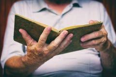 O homem superior está lendo o livro velho foto de stock royalty free