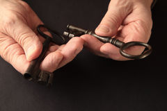 O homem superior guarda duas chaves com spaceda cópia Imagens de Stock