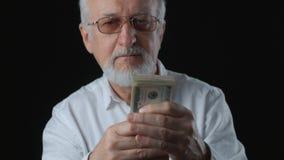 O homem superior obtém o dinheiro Conta notas de dólar Conceito do salário video estoque