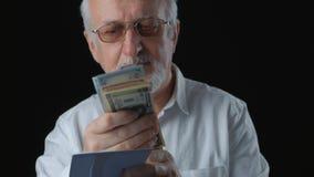 O homem superior obtém o envelope com dinheiro Conta notas de dólar Conceito do salário vídeos de arquivo
