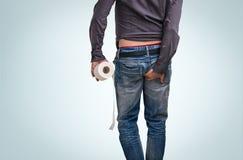 O homem tem a diarreia Homem que guarda o papel higiênico e a extremidade Fotos de Stock Royalty Free