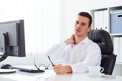 O homem tem a dor do cervical Fotografia de Stock