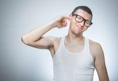 O homem tem itching em sua orelha Imagem de Stock Royalty Free