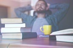 o homem tem a ruptura que descansa após a leitura foto de stock royalty free
