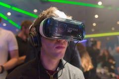 O homem tenta auriculares da engrenagem VR de Samsung da realidade virtual Imagem de Stock Royalty Free