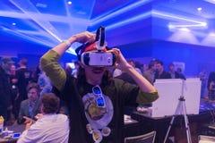 O homem tenta auriculares da engrenagem VR de Samsung da realidade virtual Imagens de Stock
