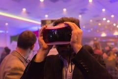 O homem tenta auriculares da realidade virtual Fotografia de Stock Royalty Free