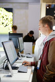 O homem tenta novo tudo em um computador do LG em CES 2014 Fotos de Stock Royalty Free