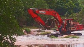 O homem toma a água na cubeta para derramar na máquina escavadora Cab vídeos de arquivo