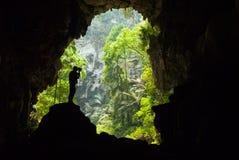 Homem dentro de uma caverna Foto de Stock Royalty Free