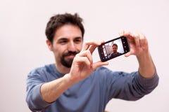 O homem toma um selfie Imagem de Stock