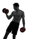 O homem torna mais pesados exercícios de formação dos construtores de corpo Foto de Stock Royalty Free