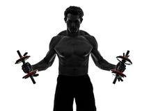 O homem torna mais pesados exercícios de formação dos construtores de corpo Foto de Stock