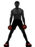 O homem torna mais pesados exercícios de formação dos construtores de corpo Fotografia de Stock Royalty Free