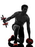 O homem torna mais pesados exercícios de formação dos construtores de corpo Imagem de Stock Royalty Free