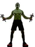 O homem torna mais pesados os exercícios de formação fortes como o casco Imagem de Stock
