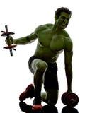 O homem torna mais pesados os exercícios de formação fortes como o casco Fotos de Stock Royalty Free