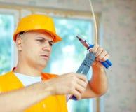 O homem trabalha com fios elétricos Imagens de Stock Royalty Free