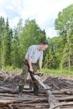 O homem trabalha na madeira Fotos de Stock Royalty Free