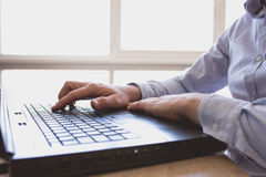 O homem trabalha no portátil Foto de Stock Royalty Free