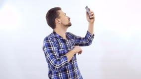 O homem trava a rede no telefone no fundo branco filme