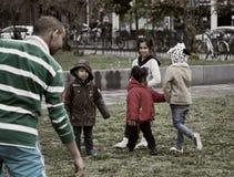 O homem treina artes marciais do menino e criança-espectadores recolhidos Fotos de Stock