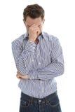 O homem triste isolado tem a enxaqueca ou é depressivo. Fotos de Stock