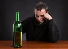 O homem triste olha a garrafa Foto de Stock Royalty Free