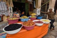 O homem troca azeitonas em um mercado Imagem de Stock Royalty Free